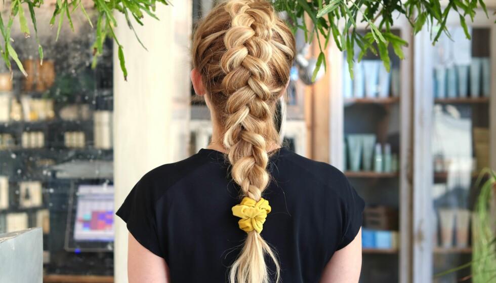SOV MED FLETTE: Har du langt hår bør du sove med flette, for å unngå slitasje. Bruk en myk strikk, slik som denne, og la fletten være litt løs. FOTO: Ida Bergersen