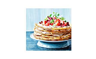 Pannekakelagkake med jordbærsyltetøy og rabarbraskum