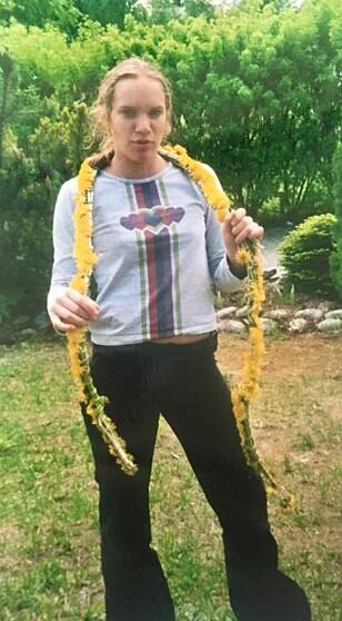 EN VANSKELIG PERIODE: «Med fjelltoppupper og løvetann-boa var jeg tydeligvis ikke fornøyd» sier Susann om bildet av seg selv fra tenårene. FOTO: Privat