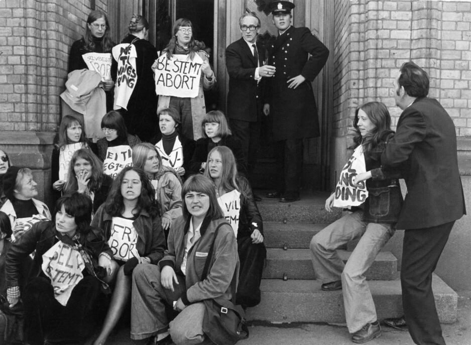 SELVBESTEMT ABORT: Demonstrasjon for fri abort utenfor Stortinget i Oslo i april 1975. Tre år senere ble loven innført i Norge. FOTO: NTB scanpix