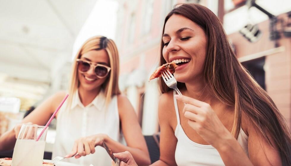 SPISE FOR FORT: Kaster du deg over maten straks den er på bordet? Det kan lønne seg å ta seg god tid med måltidet. Foto: Scanpix.