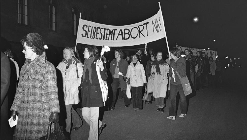 DEMONSTRERTE: En demonstrasjon for selvbestemt abort med rundt 1000 deltakere gikk i demonstrasjonstoget, fra Youngstorget til Universitetsplassen, til støtte for kravet om selvbestemt abort i 1973. FOTO: NTB scanpix