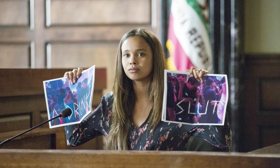 13 REASONS WHY: I sesong 2 av den populære TV-serien «13 Reasons Why» er det duket for rettssak, og sannheten skal frem. Her er Jessica Davis (spilt av Alisha Boe) under rettshøringen. FOTO: Netflix