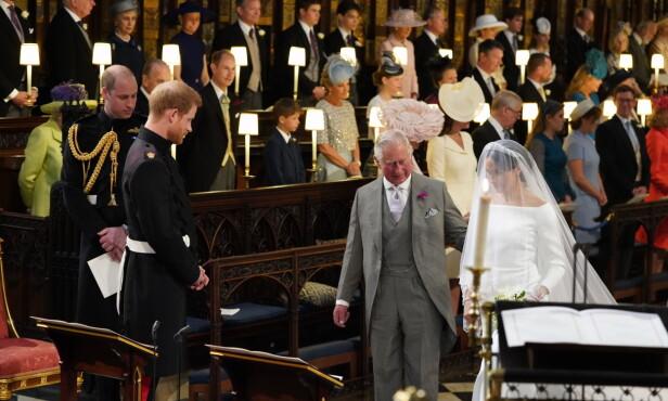 <strong>SVIGERFAR:</strong> Det var Meghan Markles tilkommende svigerfar prins Charles som fulgte Meghan Markle opp kirkegulvet, da hennes egen far uteble fra bryllupet. FOTO: NTB Scanpix