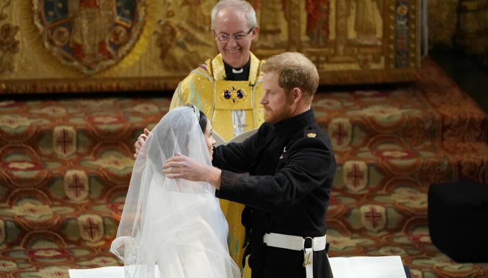<strong>HØYTIDELIG:</strong> Prins Harry justerer på sløret til sin kommende kone. FOTO: NTB Scapix