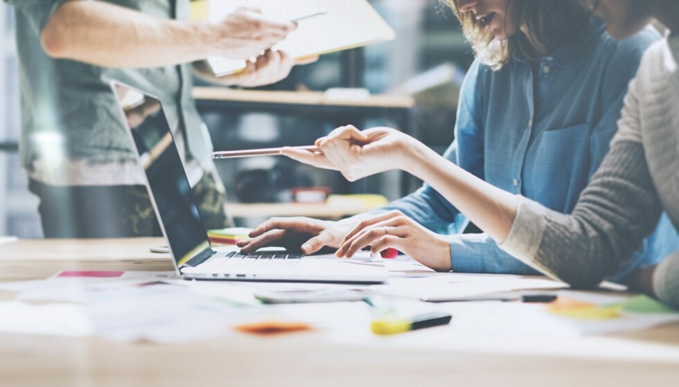 PÅ JOBB: Det kan være vanskelig å ta opp problemer med kolleger. FOTO: Shutterstock