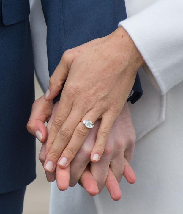 FORLOVELSESRINGEN: Den nydelige ringen er designet av prins Harry selv og inneholder diamanter som Diana eide. Foto: Scanpix
