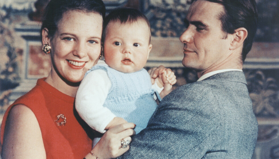 50 ÅR SIDEN: Lille prins Frederik med foreldrene kronprinsesse Margrethe og prins Henrik på Amalienborg slott i 1968. FOTO: NTB Scanpix