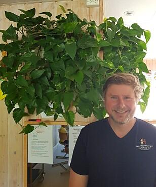 MERKER STOR FORSKJELL: Daglig leder Niels Bjørn Olsen foran en av planteveggene i Hundremeterskogen barnehage. Foto: Privat