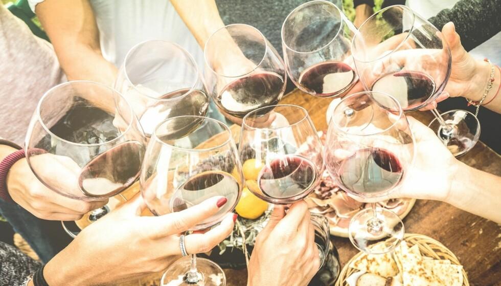 HØYT INNTAK: Å drikke mye over lengre tid øker risikoen for å få et alkoholproblem. FOTO: Shutterstock