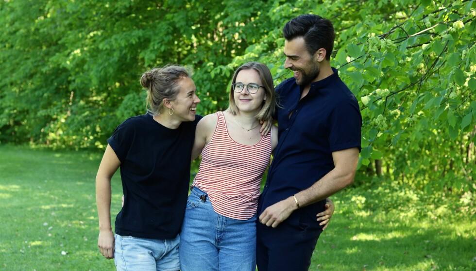 BEGYNTE Å HA DET GØY IGJEN: Mari, Liza og Kim føler at de klarte å bevare pappaen sin litt, ved å ta vare på de positive, humoristiske sidene hans. FOTO: Ida Bergersen