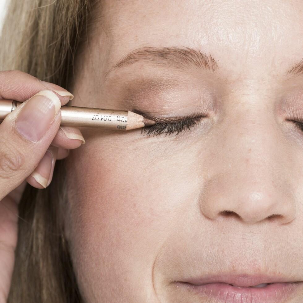 3. Mørkebrun eyeliner gir et mer naturlig og mykt resultat enn svart. For at lineren skal synes på Pia, la vi en litt tykkere strek som markerer blikket på en kledelig måte.