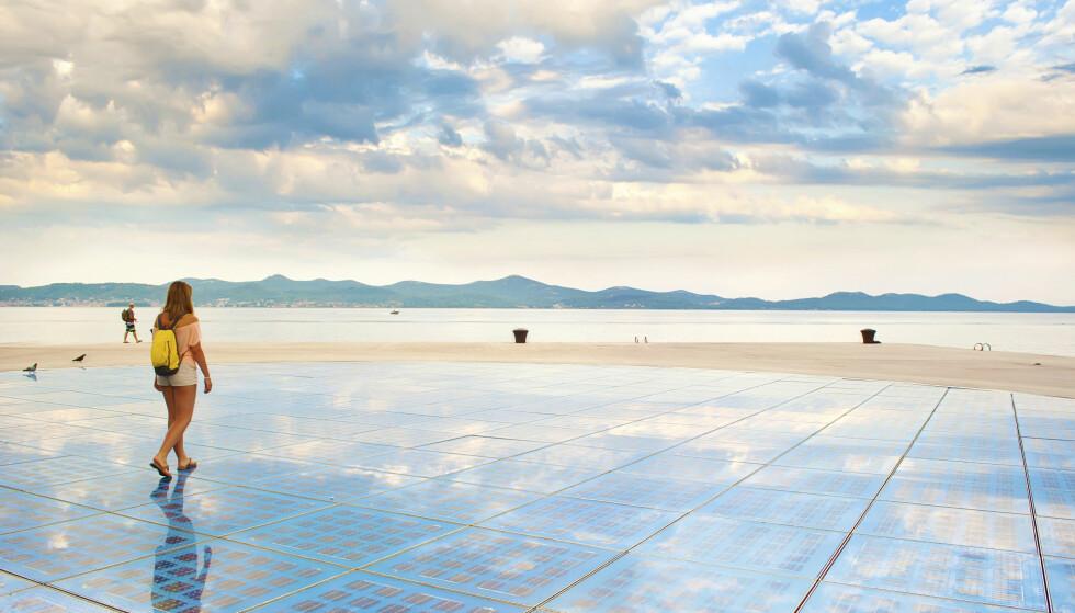 VERDENS VAKRESTE SOLNEDGANG: «Sun Saluation» er en kunstinstallasjon laget av solcellepaneler og led-pærer. Når sola går ned, begynner pærene å lyse. FOTO: NTB Scanpix