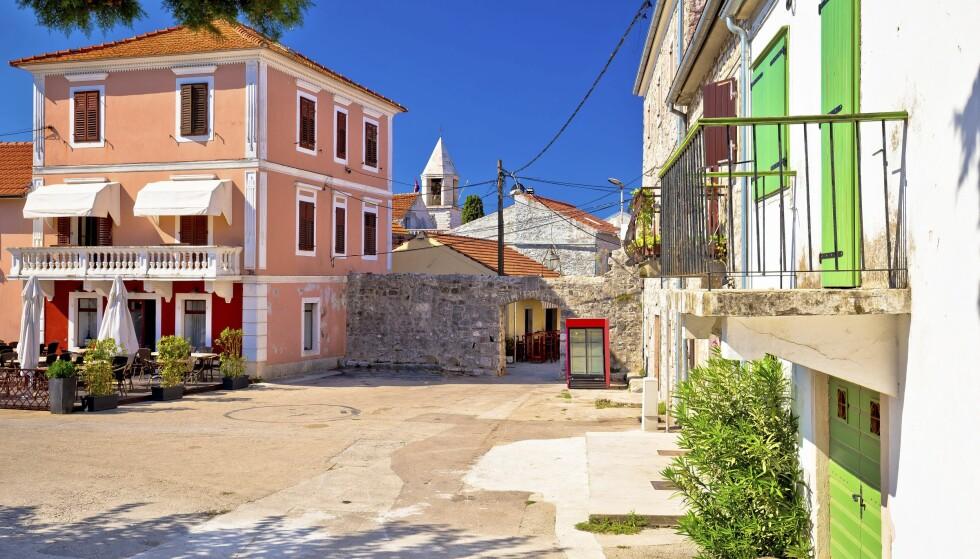 HYGGELIG BY: Den lille og hyggelige byen Sukosan ligger ti kilometer fra Zadar. Den er blant annet kjent for sine flotte strender. FOTO: NTB Scanpix