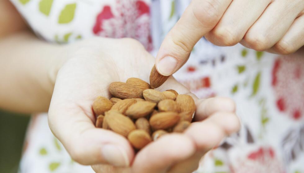 NØTTER: - Nøtter er veldig bra for helsen, og inneholder mange sunne stoffer, som sunne fettstoffer, sier eksperten. FOTO: NTB Scanpix