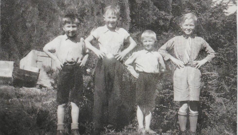 HJALMAR SOM 11-ÅRING: 11 år gamle Hjalmar til høyre, i finklærne og slipset han fikk av skredderen i Narvik. Sammen med ham er brødrene, fra venstre: Håkon, Emil og Peder. FOTO: Privat