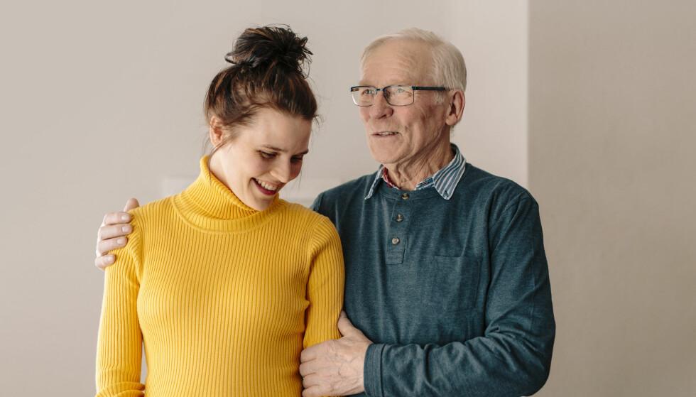 FRIGJØRINGEN AV ØST-FINNMARK: Bestefar Hjalmar ble rørt da han så forestillingen Simone hadde laget basert på hans opplevelser under krigen. FOTO: Christina Gjertsen