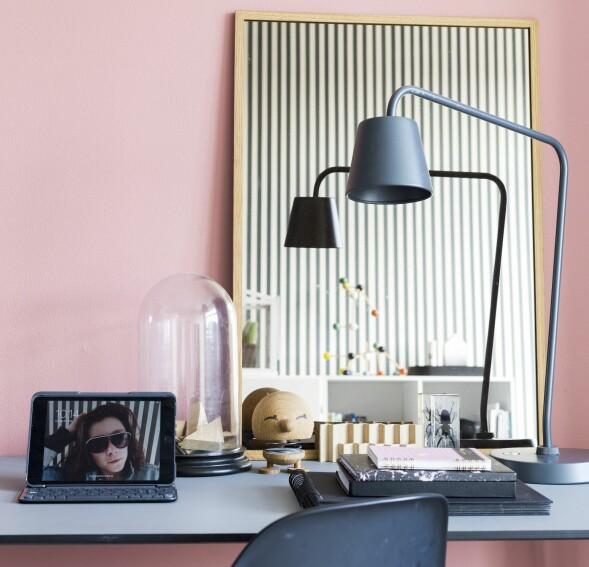 Hvis du er redd for å bruke farger, prøv å male en enkelt vegg til å begynne med. Her blir den sarte rosa veggen en kontrast til de grafiske linjene. FOTO: Andreas Mikkel