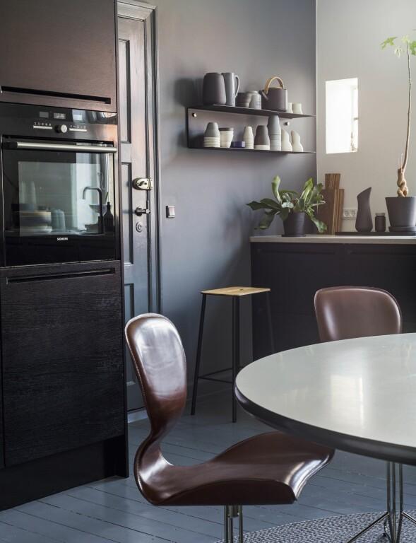 Kjøkkenet er fra BoxOne. De maskuline stolene i mørkebrunt skinn passer inn i den litt maskuline atmosfæren. FOTO: Andreas Mikkel