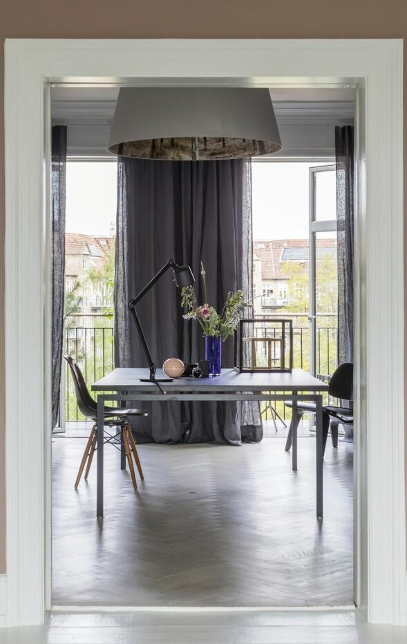 Rikkes kontor består av et bredt arbeidsbord som kan romme både en stor pc og masse papir når hun skal utføre sine grafiske oppgaver. Shady Tree-lampen er designet av nederlandske Nicolette Brunklaus. Bordlampen er fra Vipp, og de to Eames-stolene er fra Vitra. FOTO: Andreas Mikkel