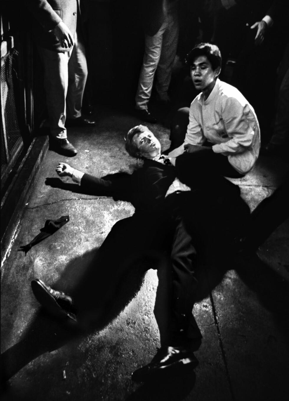 <strong>IKONISK BILDE:</strong> Det var den amerikanske fotografen Bill Eppridge som tok det ikoniske bildet av senator Kennedy liggende i sitt eget blod på gulvet på Ambassador Hotel i juni 1968. Ved senatorens side kneler ryddegutten Juan Romero. FOTO: NTB Scanpix // Bill Eppridge