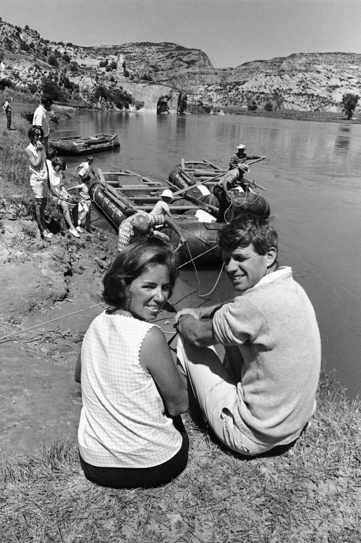 <strong>SPORTY PAR:</strong> Robert og Ethel Kennedy elsket å være i aktivitet med sin store barneflokk. Her fra sommerferien i 1965 ved Yampa River. FOTO: NTB Scanpix