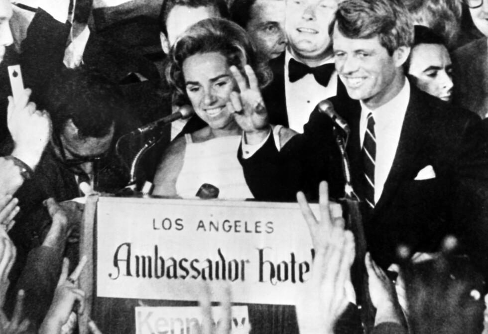 <strong>KENNEDYS SISTE ORD:</strong> Kort tid etter at dette bildet ble tatt på Ambassador Hotel i Los Angeles 4. juni 1968 ble senator Robert F. Kennedy skutt. Klokken hadde akkurat bikket midnatt da skuddene falt og han døde påfølgende dag. Her har han nettopp holdt tale til forsamlingen, og ved hans side står kona Ethel Kennedy. Foto: NTB scanpix