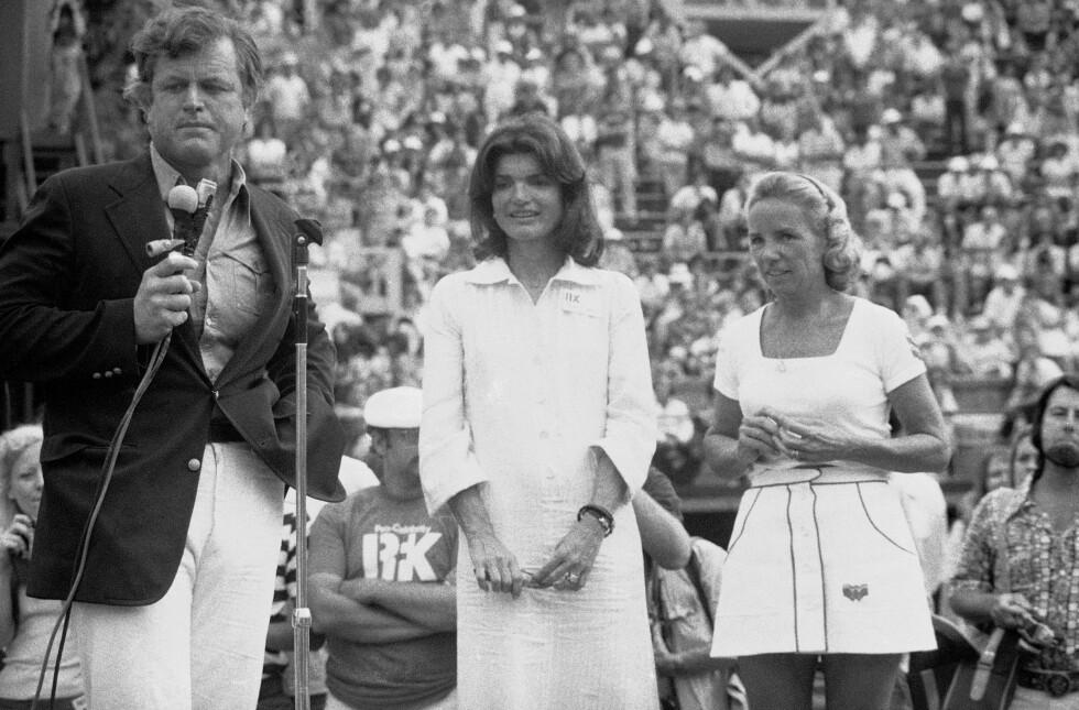 <strong>TO ENKER:</strong> Edward Kennedy med svigersøstrene Jackie Kennedy Onassis og Ethel Kennedy i august 1975 i forbindelse med den årlige Robert F. Kennedy Pro-Celebrity Tennis-turneringen. FOTO: NTB Scanpix