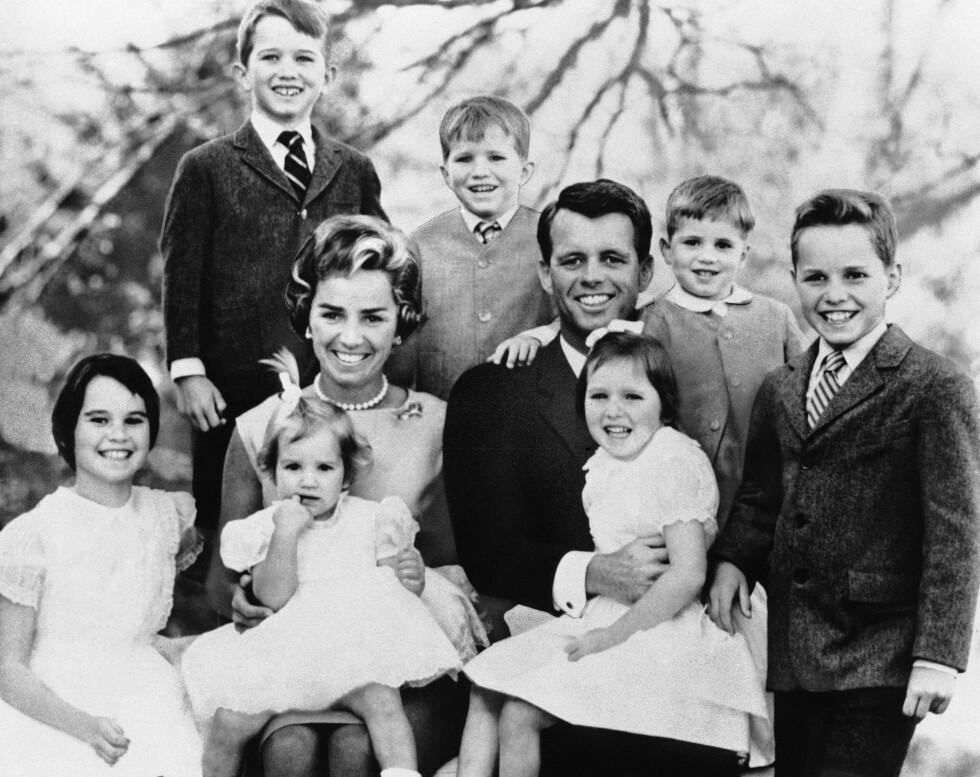 <strong>STOR BARNEFLOKK:</strong> Ethel og Robert Kennedy fikk til sammen 11 barn. Parets yngste datter, Rory Kennedy, ble født seks måneder etter at senator Kennedy ble skutt. Her er ekteparet fotografert med syv av barna i februar 1963. Øverst til venstre er Robert Kennedy jr. FOTO: NTB Scanpix