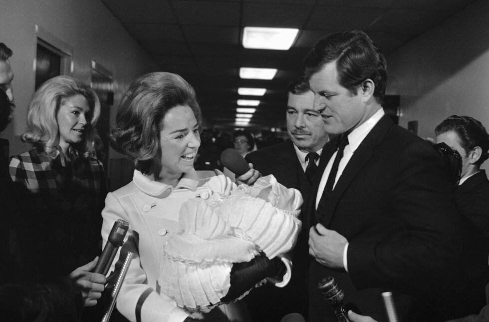 <strong>RAK ALDRI Å BLI KJENT MED YNGSTEDATTEREN:</strong> Rory Kennedy ble født seks måneder etter at senarot Kennedy ble skutt. Her er mamma Ethel Kennedy med svigerbror senator Edward M. Kennedy kort tid etter fødselen i desember 1968. FOTO: NTB Scanpix