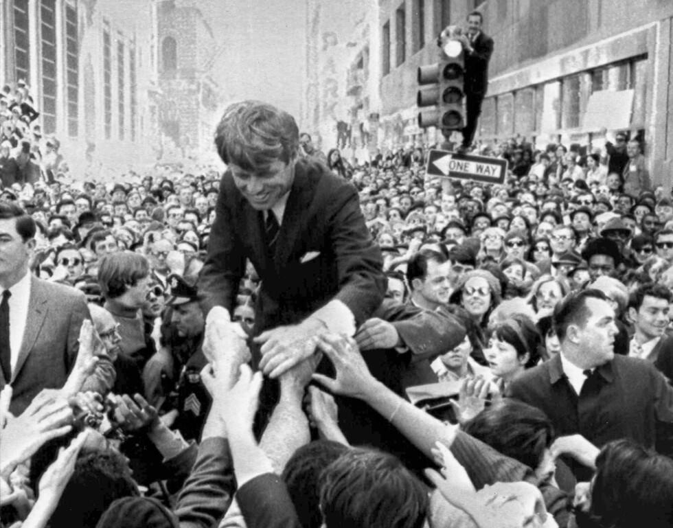 <strong>APRIL 1968:</strong> Robert Kennedy hilser på fans i forbindelse med presidentvalg-kampanjen i Philadelphia i april 1968 - to måneder senere var han død. FOTO: NTB Scanpix