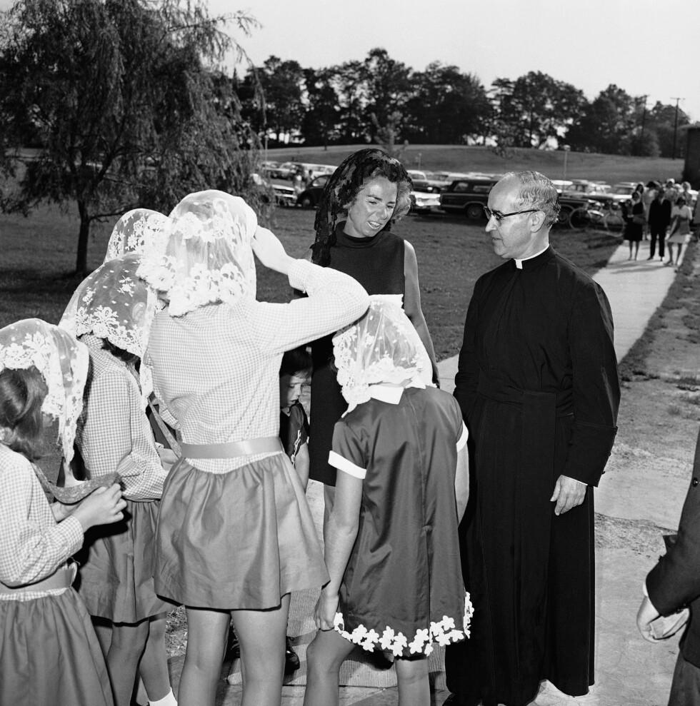 <strong>I SORG:</strong> Ethel Kennedy i samtale med Rev. Albert Pereira 19. juni 1968 i forbindelse med en minnestund for ektemannen Robert Kennedy. FOTO: NTB Scanpix