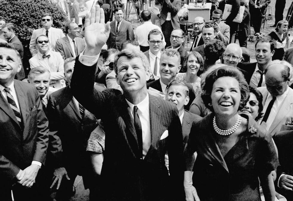 <strong>EN POPULÆR MANN:</strong> Robert Kennedy seilet opp som en av favorittene til å bli Amerikas 37. president. Her er han og kona Ethel fotografert rett etter at det ble kjent at han ønsket å stille som senator for New York i 1964. FOTO: NTB Scanpix