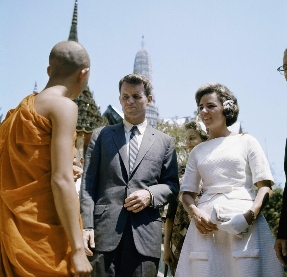 <strong>PÅ REISE:</strong> Ethel og Robert Kennedy i Thailand i 1962. FOTO: NTB Scanpix