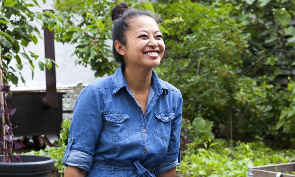 SPISELIGE PLANTER: Selv om hagen i bakgården kun er 80 m², dyrker Anh Lê grønt, bærbusker og en fruktlund med epler, pærer, kirsebær og fikener. FOTO: Pernille Enoch