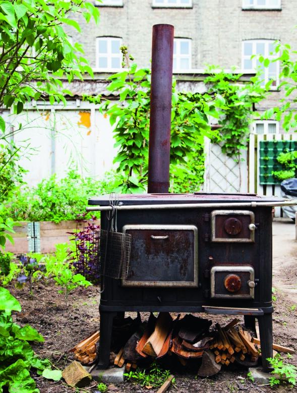 På komfyren lager Anh mat under åpen himmel om sommeren. FOTO: Pernille Enoch