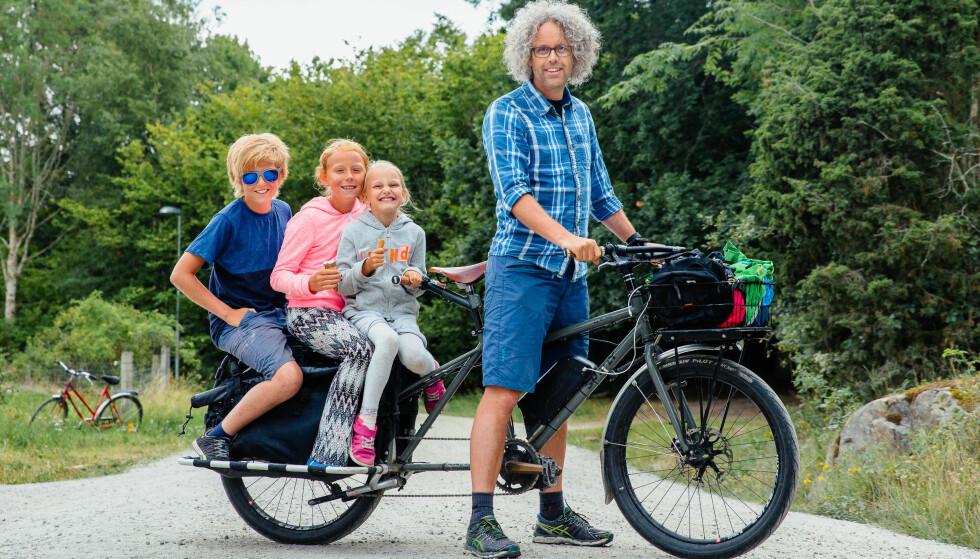 GOD PLASS: Geir Anders bruker en longtailsykkel – som har en mye lengre bakende og dermed gir plass til flere barn og mer bagasje. Her fra en rolig tur på bilfrie veier på Nordkoster i Sverige. Foto: Eiril Møller