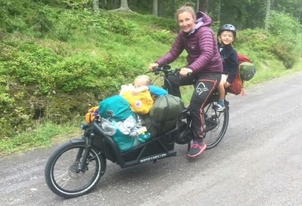 TELTTUR I MARKA: Den elektriske kassesykkelen har rikelig plass til både barn, telt og bagasje. Foto: Kristin Nilsen