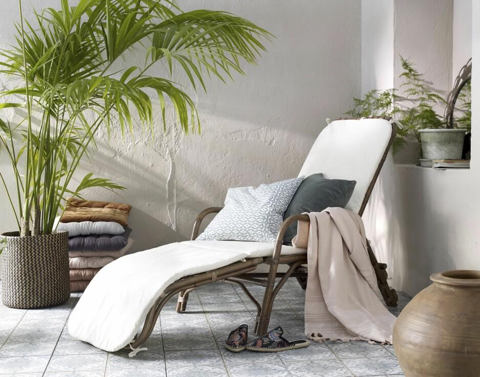 INTERIØR UTENDØRS: Gå for ett stort loungemøbel som er deilig å ligge og sitte i – også selv om uterommet er lite. Og dander med planter, pledd og potter. Så lekent, fint og avslappet! Alt fra Ellos.