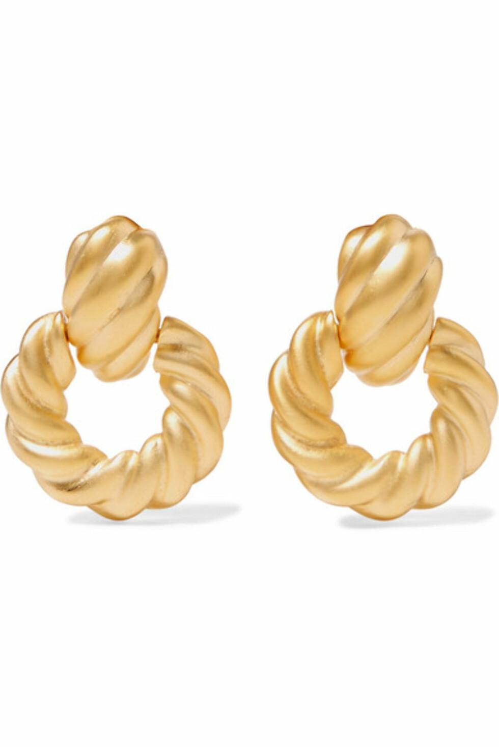 Øredobber fra Kenneth Jay Lane |437,-| https://www.net-a-porter.com/no/en/product/1064399/kenneth_jay_lane/gold-tone-clip-earrings