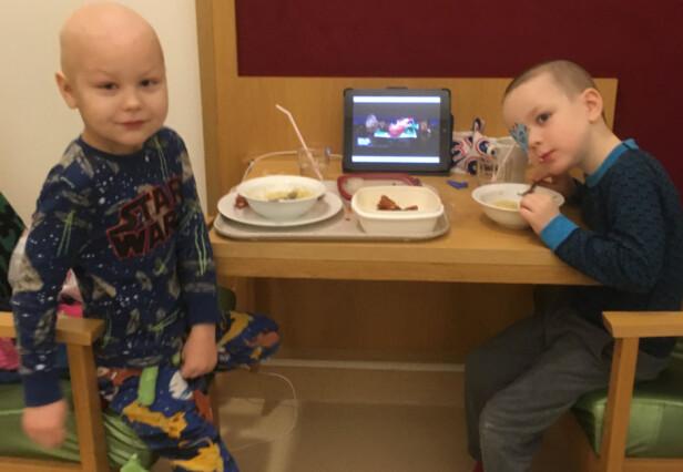 PÅ SYKEHUSET: Dette er et bilde av Emil (t.v.) og tvillingbror Vetle (t.h.) med en lapp foran det øyet han tidligere har hatt kreft i. Foto: privat