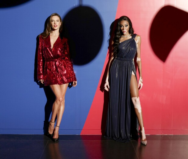 GJESTER: Modellene Alessandra Ambrosio og Winnie Harlow poserer inne på Brooklyn Museum. Foto: Scanpix