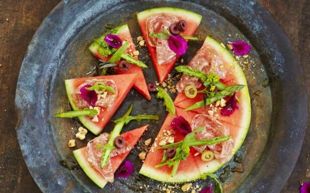 VANNMELONPIZZA: Et fresht alternativ til de varme dagene hvor man ikke orker tanken på å skulle spise store og kraftige måltider. FOTO: Matprat.no