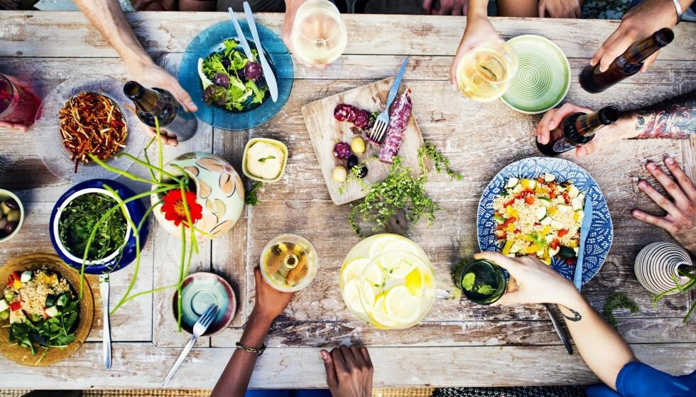 MIDDAGSTIPS: Jo mindre tid vi bruker på kjøkkenet, desto mer tid har vi til å nyte sommeren utendørs. FOTO: NTB Scanpix