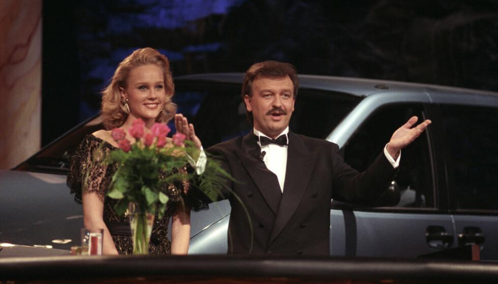 DEN GANG DA: Birgitte Seyffarth og Hallvard Flatland under det direktesendte gameshowet Casino. Dette bildet er tatt i 1990. FOTO: NTB Scanpix