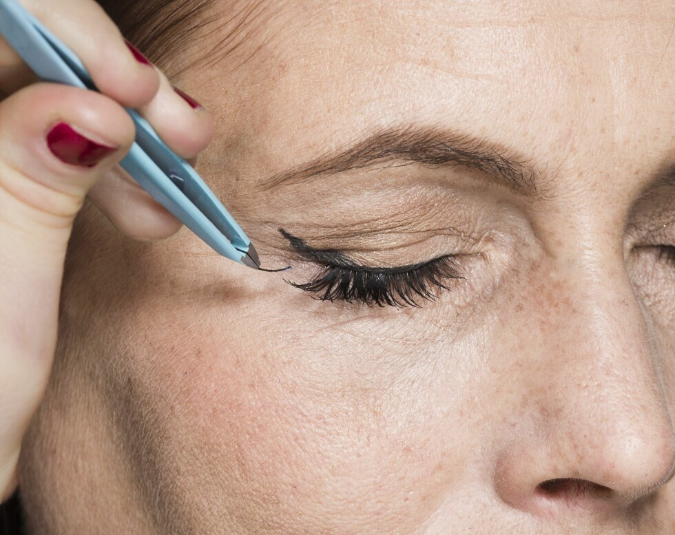3. Punktvipper er supert å bruke for å ramme inn blikket ytterligere. Fokuser på ytterkanten av øynene for å gi dem et løft.