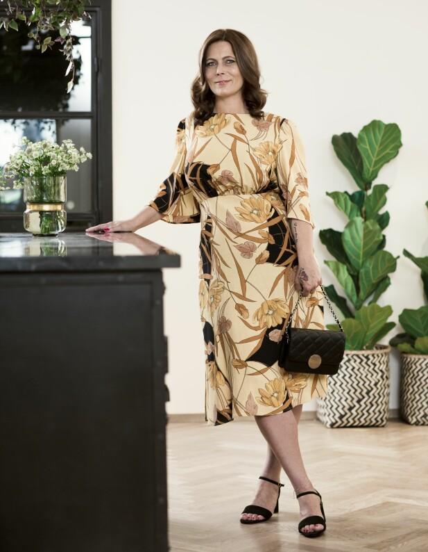 TINA VERONICA HAR PÅ SEG: Kjole (kr 500, Mango), veske (kr 200, Lindex) og sandaler (kr 300, Zara). FOTO: Astrid Waller