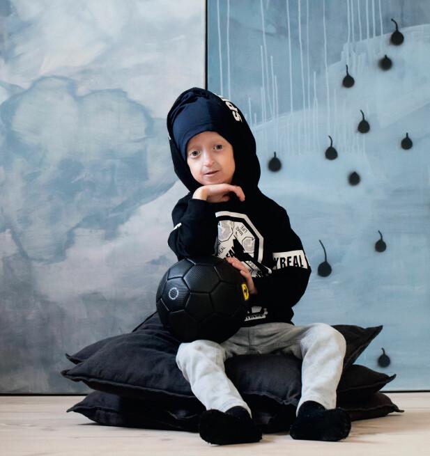 FÅR STØTTE AV SKOLEVENNER: Ettersom Miles ikke har hår på hodet, går han ofte med lue. En dag i året går også alle hans skolevenner med hatt, lue eller kaps for å støtte ham. FOTO: Heléne Lindsjö