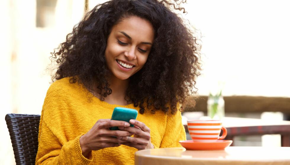 SCROLLING: Vi lever i verden hvor mobilen ofte har hovedprioritet. Hva er egentlig greia med denne avhengigheten? FOTO: NTB scanpix