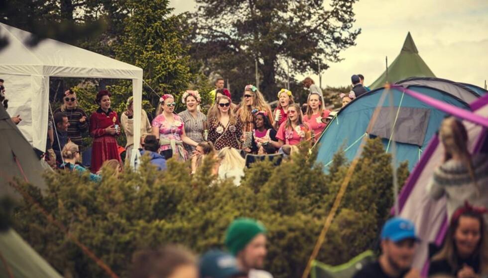 RONDASTÅK: Da festivalen befinner seg på fjellet går det ikke kollektivtransport til festivalen, så arrangørene anbefaler festivalgjester å stile seg opp med tommelen opp og haike! FOTO: Bård Gundersen
